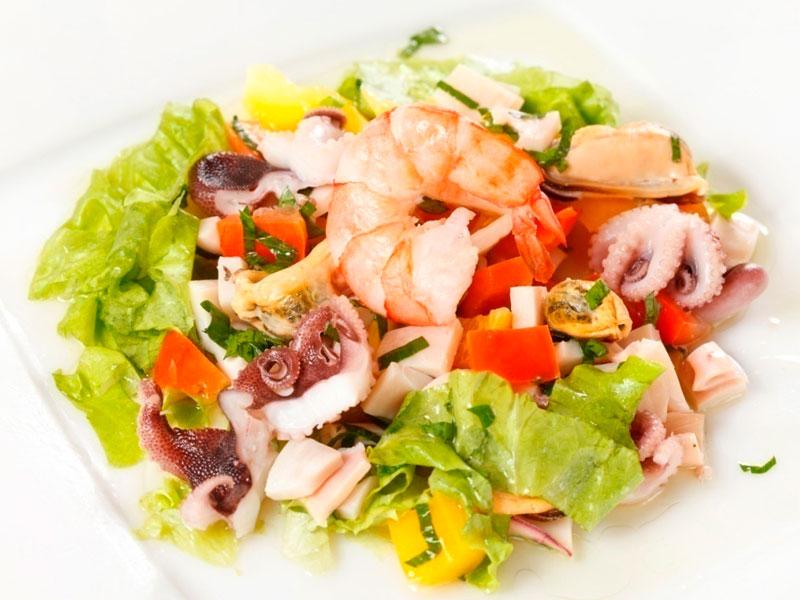 Салат из морского коктейля с соусом